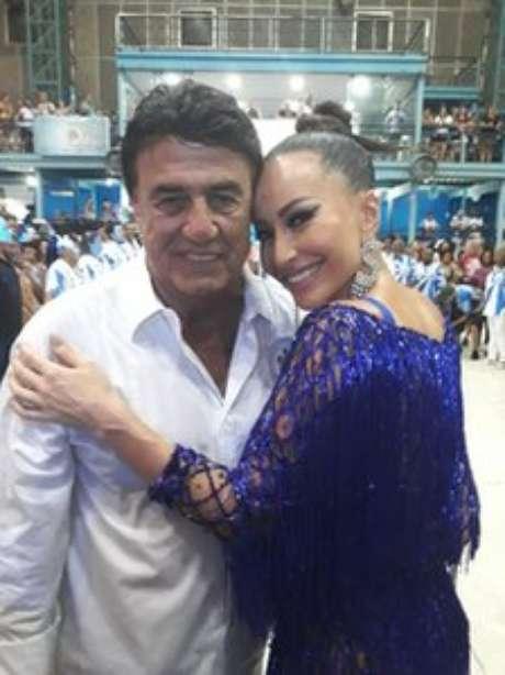 Coordenador geral dos desfiles, Jorge Perlingeiro sempre posa ao lado de famosos, como a apresentadora Sabrina Sato