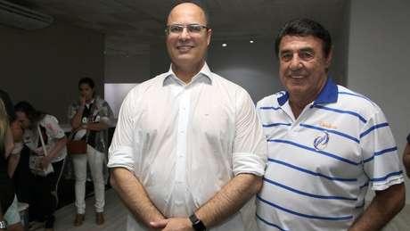 O locutor Jorge Perlingeiro também posa ao lado de políticos, como o governado do Rio, Wilson Witzel