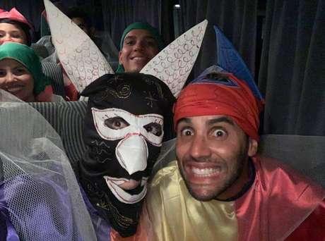 Ivete Sangalo e o marido se disfarçaram para curtir o carnaval na rua em Salvador.