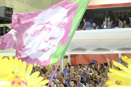 Escola levou bandeira com rosto de Marielle verde e rosa