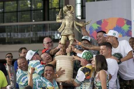 Integrantes da escola de samba Mancha Verde comemoram o primeiro lugar do grupo especial do Carnaval 2019