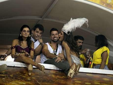 Juliana Paes deu uma mordidinha no marido, Carlos Eduardo Batista