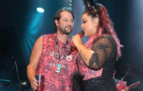 Preta Gil recebe Marcelo Serrado durante show em camarote