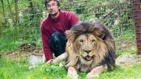 Prasek comprou o leão em 2016 e construiu uma jaula para ele no quintal de casa