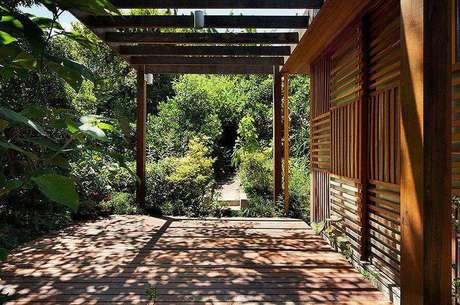 24. Pergolados de madeira são perfeitos para varandas em casa de fazenda