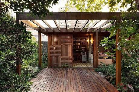 25. O pergolado de madeira é super convidativo na entrada do ambiente