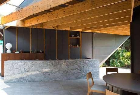 26. Pergolado de madeira reaproveitada é sustentável e bonito