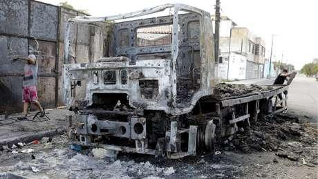 Entre os ataques promovidos no início do ano, criminosos incendiaram caminhão carregado de frangos vivos