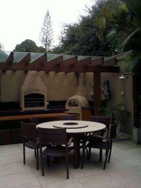 30. Para proteger em dias nublados, você pode cobrir o pergolado de madeira com uma placa de vidro ou de outro material
