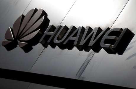 Logotipo da Huawei sobre equipamento da companhia, em Pequim, China. 7/3/2019. REUTERS/Thomas Peter/File Photo