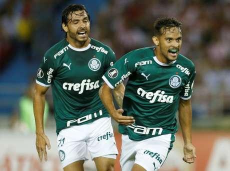 Gustavo Scarpa e Ricardo Goulart durante estreia do Palmeiras na Libertadores