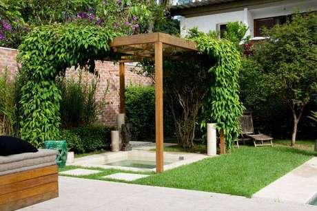 2. Pergolados de madeira com plantas trepadeiras em cima ficam lindos