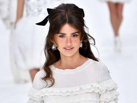 Penélope Cruz desfilou pela Chanel com uma das peças criadas por Karl Lagerfeld