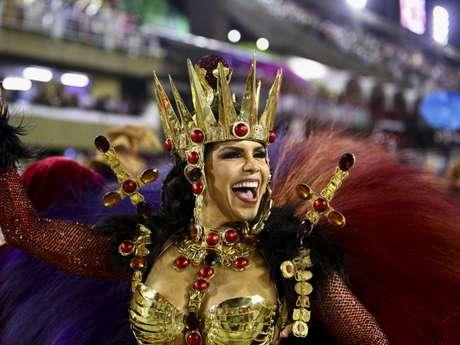 Raissa Machado é a rainha de bateria da vice-campeã do Rio, Viradouro. A musa veio fantasiada da Sacerdotisa Morgana, das lendas do Rei Arthur.