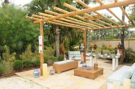 4. Pergolados de bambu trazem um clima de litoral para a casa