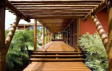 6.Pergolados com madeira rústica são ideais para varandas