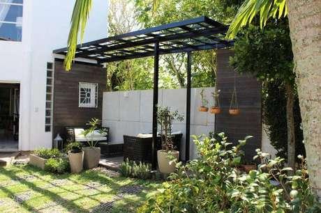 15. Colocar móveis debaixo do pergolado no jardimé uma ótima forma de ter um espaço para relaxar