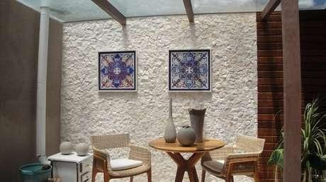 43. Decoração para área externa com pergolado de vidro e parede com textura – Foto: Patricia Silveira Zat Leal