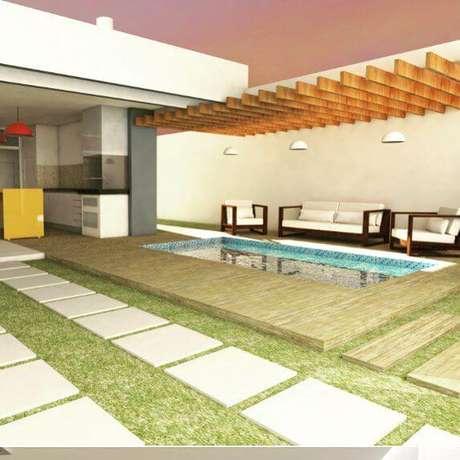 78. Área externa com piscina decorada com pergolado de madeira – Foto: Ricardo Dorascenzi