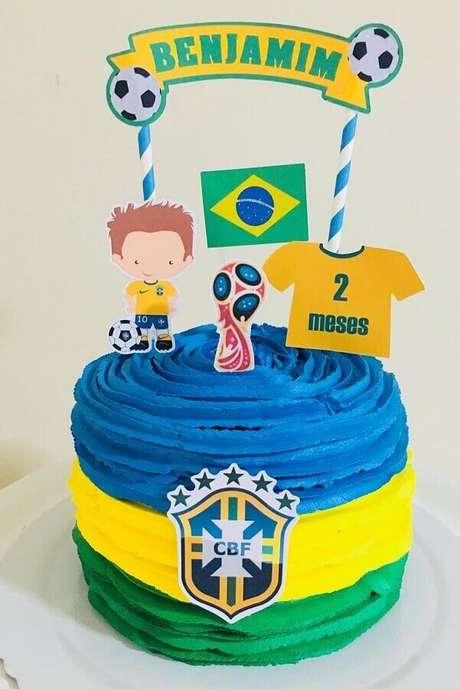 14. Cores fortes são ótimas para deixar o bolo mesversário mais bonito e com cara de festa infantil – Foto: Pinterest