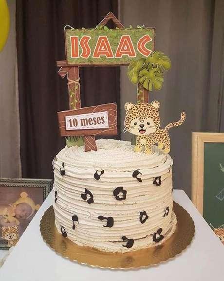 9. Utilize plaquinhas e bichinhos para deixar o bolo mesversário mais bonito e divertido – Foto: Neu dekoration stile