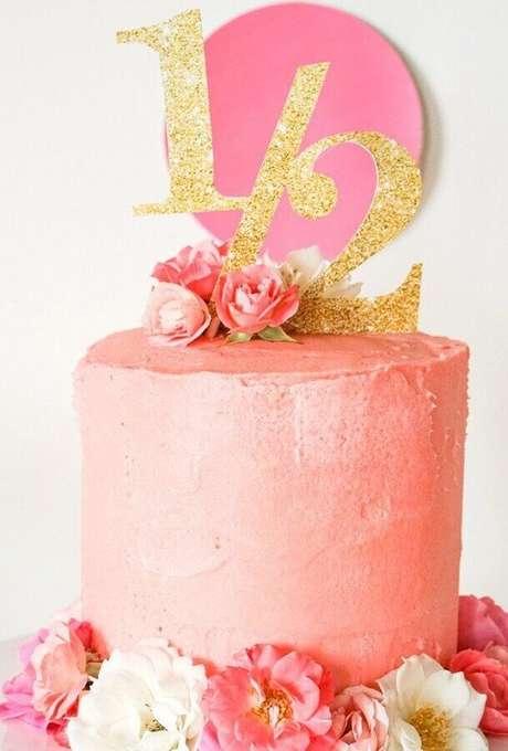 1. Invista em um belo bolo mesversário para compor a decoração da mesa – Foto: Neu dekoration stile