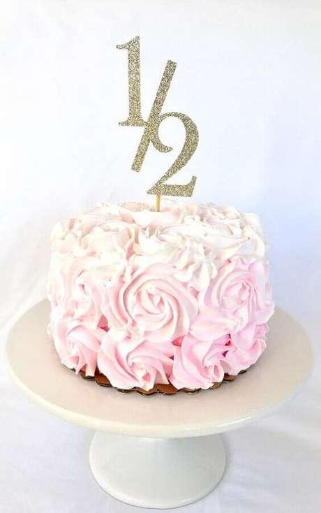 18. Lindo e delicado bolo mesversário com número de meses no topo – Foto: Etsy