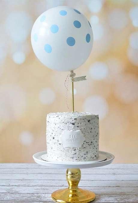 19. O bolo mesversário simples decorado com uma bexiga no topo ficou super delicado – Foto: Neu dekoration stile
