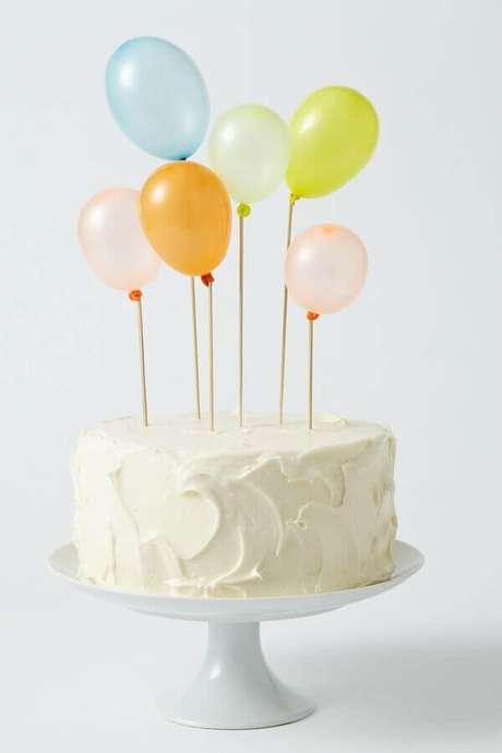 21. Delicado bolo mesversário decorado com pequenos balões coloridos – Foto: Art Craft Ideas