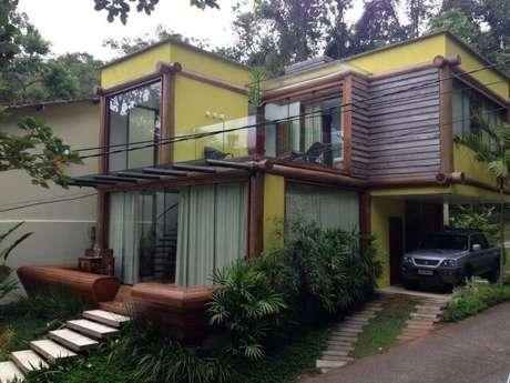 82. Pergolado de madeira para fachada de casa com estilo rústico – Foto: Paula Freitas