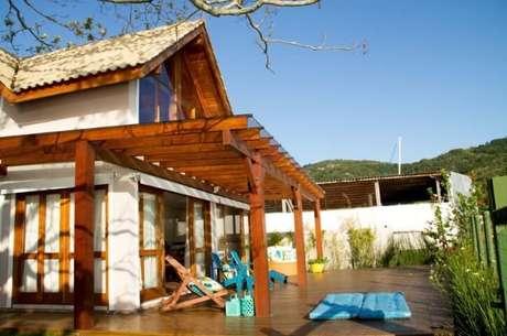 80. O pergolado pode servir como cobertura para área externa da sua casa de praia – Foto: Espaço do Traço
