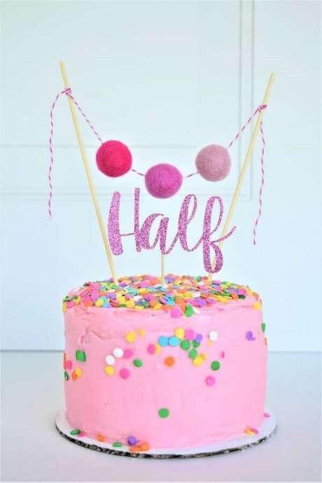 8. Escolha um bolo mesversário bem colorido para compor a decoração da sua festa – Foto: Cakes Ideas