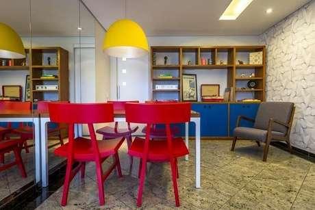 3- As cores de tintas para parede ou móveis podem ser primárias e vibrantes. Projeto de Enzo Sobocinski
