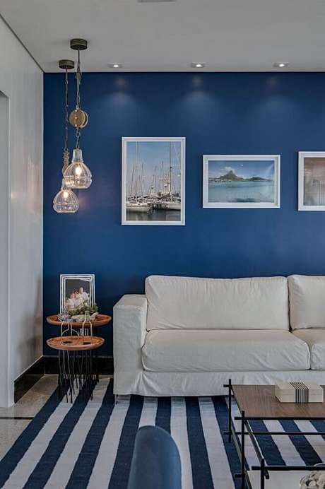 53- A combinação de cores para a sala como o azul e branco dão sensação de serenidade e amplitude.