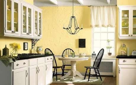 59- As paredes amarelas criam mais vida e iluminação para a cozinha