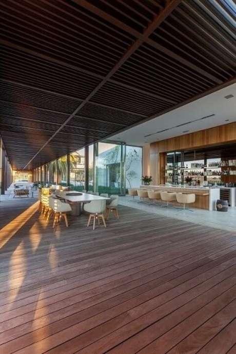77. Decoração para deck amplo com pergolado de madeira – Foto: Roberto Migotto