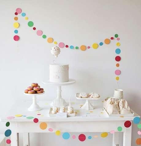 26. Decoração para mesversário simples com detalhes coloridos – Foto: Belle Chantelle