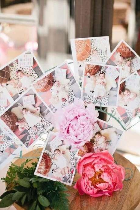 7. Fotos além de compor a decoração do mesversário simples também podem ser utilizadas como lembrancinhas para os convidados – Foto: Neu dekoration stile