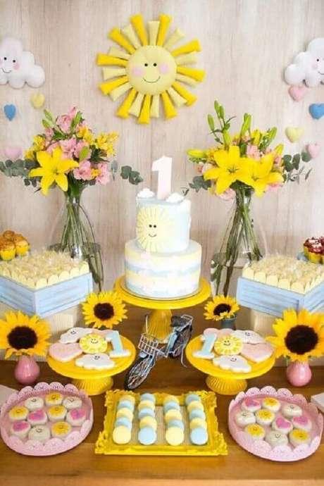 28. Decoração alegre para mesversário com girassol e arranjos de flores – Foto: Pinosy