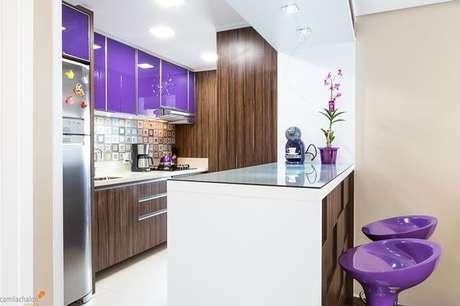 28- Cores de casas e cozinha em tons roxos fazem a diferença. Projeto de Camila Chalon.