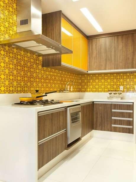 21- Os azulejos podem ser uma opção criativa para cores de tintas de parede na cozinha. Projeto de Adriana Fontana.