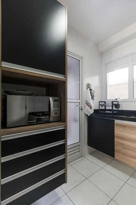 37- O preto na cozinha substitui as cores de parede. Projeto de Fernanda Duarte.