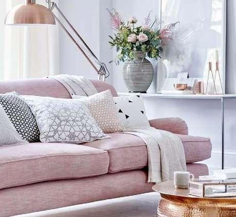 54- As cores para sala neutras juntas com o rosa garantem um ambiente sofisticado e delicado ao mesmo tempo.