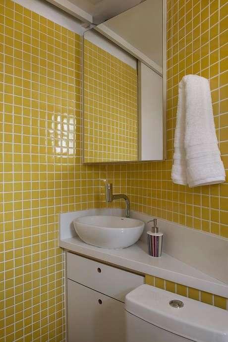 20- Você pode escolher cores de tintas de parede ou pastilhas amarelas no banheiro. Projeto de Marina Carvalho.