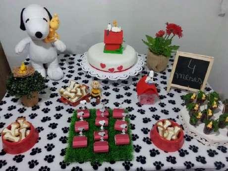 32. Decoração para mesversário simples com tema Snoopy – Foto: Pinterest