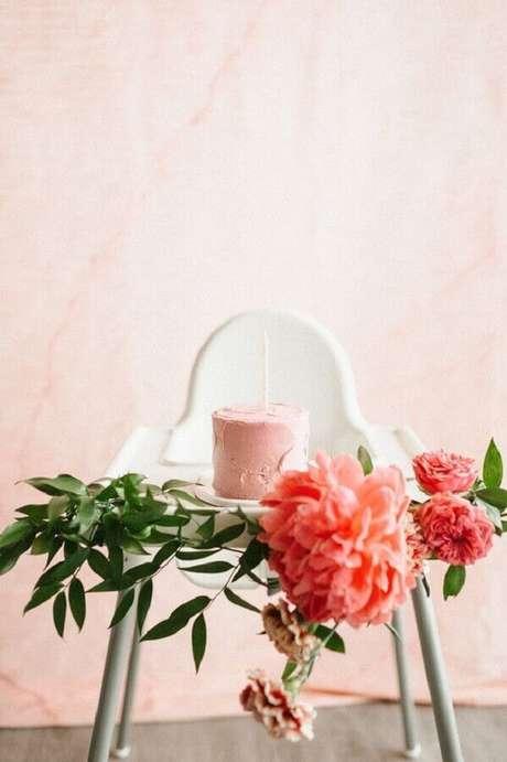 33. Flores e folhagens são perfeitos para deixar a decoração do mesversário mais delicada e bonita – Foto: Neu dekoration stile