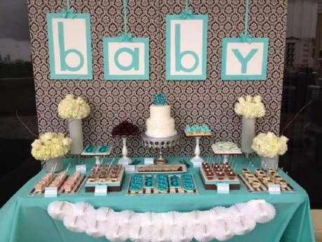 36. Decoração em azul e branco para mesversário com arranjos de rosas – Foto: Baby Shower Ideas
