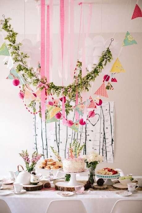 6. Delicada decoração para mesversário simples com varal de folhagens e bandeirinhas – Foto: Summer Mood