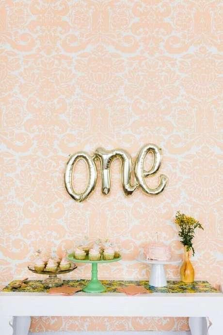 41. Decoração para mesversário simples e delicado com balões em formato de letra – Foto: Pinterest