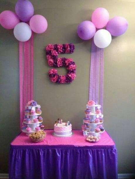 43. Decoração para mesversário simples em tons de rosa e rosa – Foto: Bela Pequena